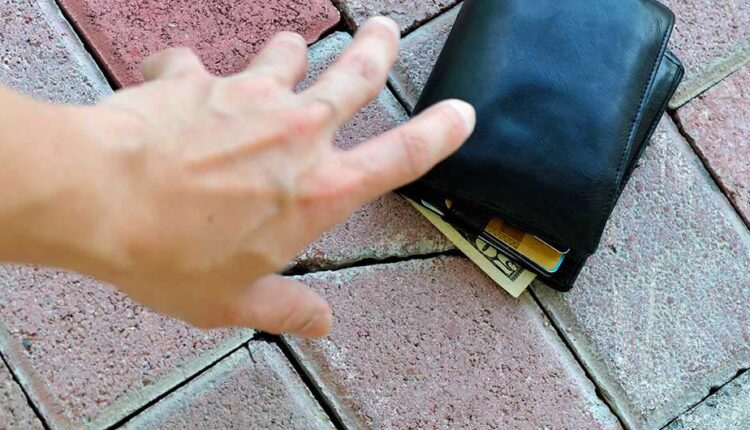 Good gesture of four children, hand over the found wallet