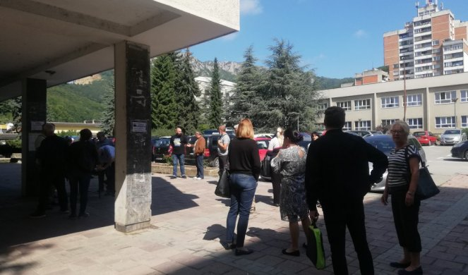 RETURN OUR SCHOOL TO US! Professors of secondary technical, in